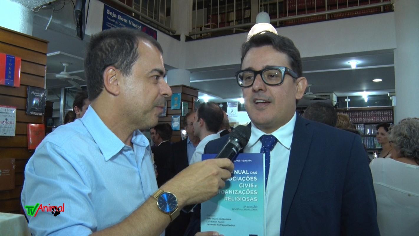 J Júnior comparece ao coquetel de autógrafos do professor wendel de brito na livraria jurídica universal